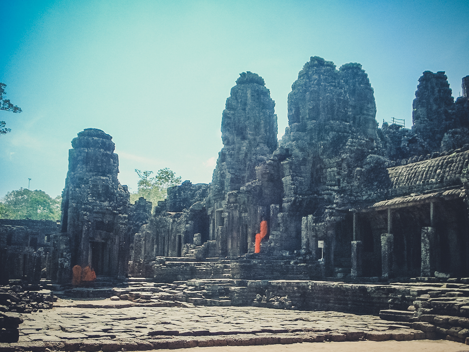 monks-angkor-wat_backpacking. south east asia. travel. young. thailand. cambodia. malaysia. couple. trip..jpg