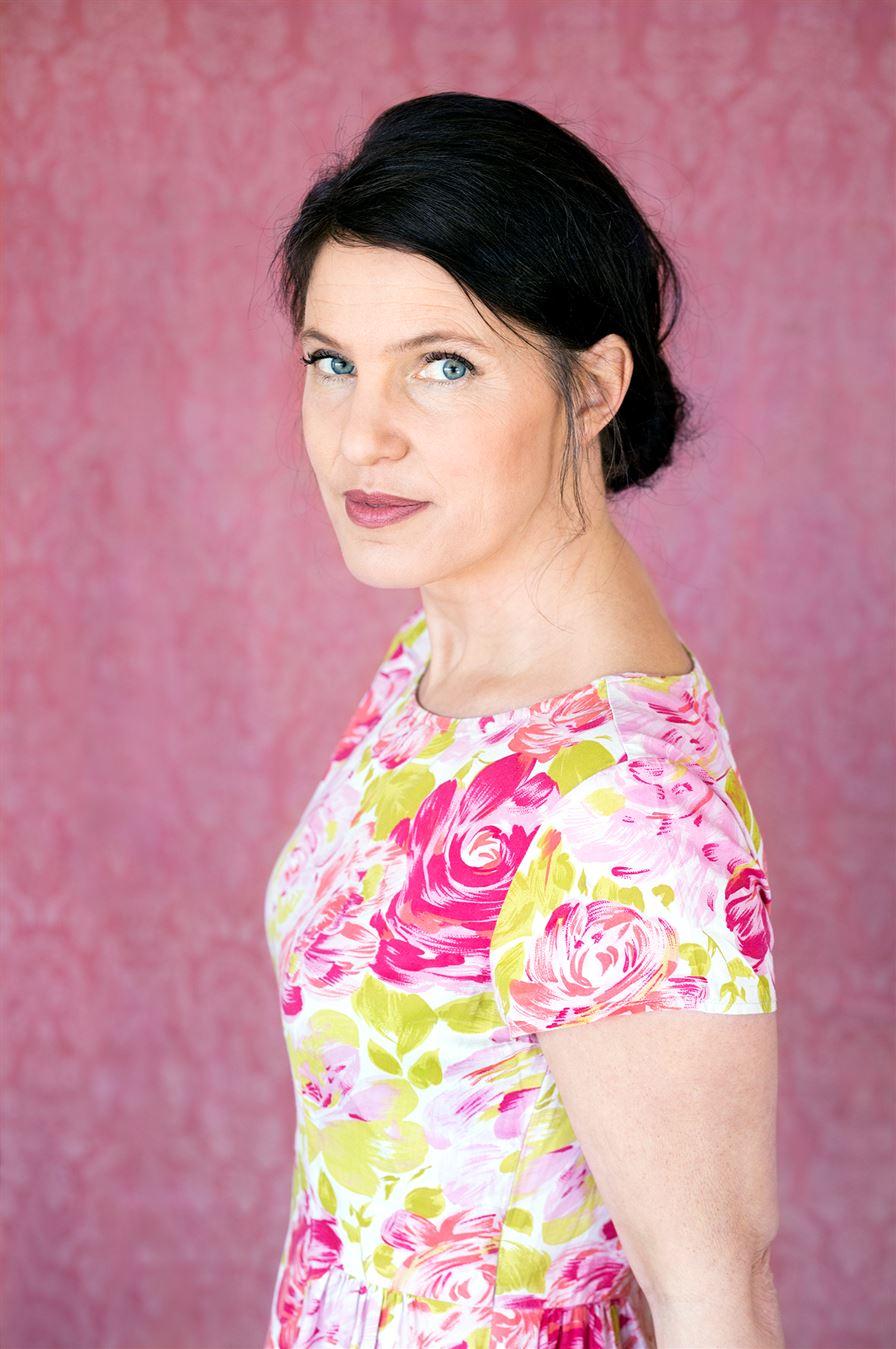 Kristina Sandberg - Kristina Sandberg är född 1971 och uppvuxen i Sundsvall. Hon debuterade 1997 och har skrivit en rad romaner. Trilogin om hemmafrun Maj från Örnsköldsvik blev hennes stora litterära genombrott och den avslutande delen Liv till varje pris fick Augustpriset 2014.