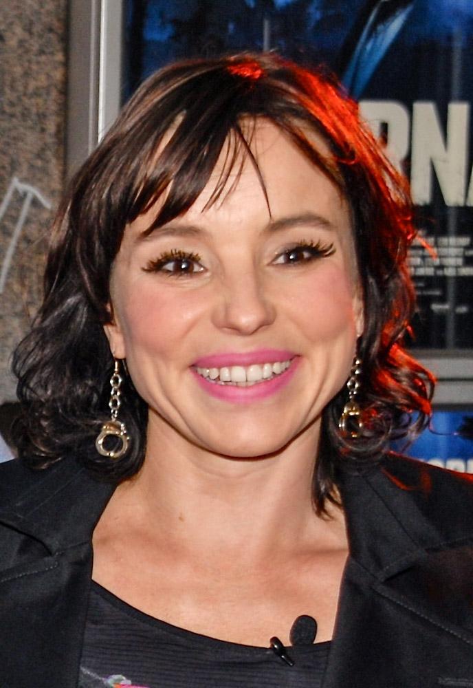 Lo Kauppi - Lo Kauppi är skådespelare, regissör och författare, född 1970. I början av nollnolltalet turnerade hon med den självbiografiska enmansföreställningen Bergsprängardottern som exploderade, som därefter även gavs ut i bokform. Våren 2010 regidebuterade hon med den kriminalvårdskritiska uppföljaren, Bergsprängardöttrar, som hon även skrivit manuset. Pjäsen växte fram ur samtal med interner och vårdare på Hinsebergs och Ystads anstalter. Våren 2018 kommer hennes nya roman Två vita dvärgar.