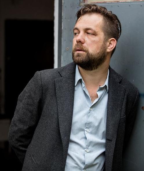 Martin Engberg - Martin Engberg är född 1974 och bor i Göteborg. Han har gått författarutbildningen Litterär gestaltning och varit redaktör för Ord&Bild. Idag är han tillsammans med Mattias Hagberg den drivande kraften bakom litteraturföreningen Skrift, och GBG Romanfestival. Hans senaste bok var En enastående karriär.
