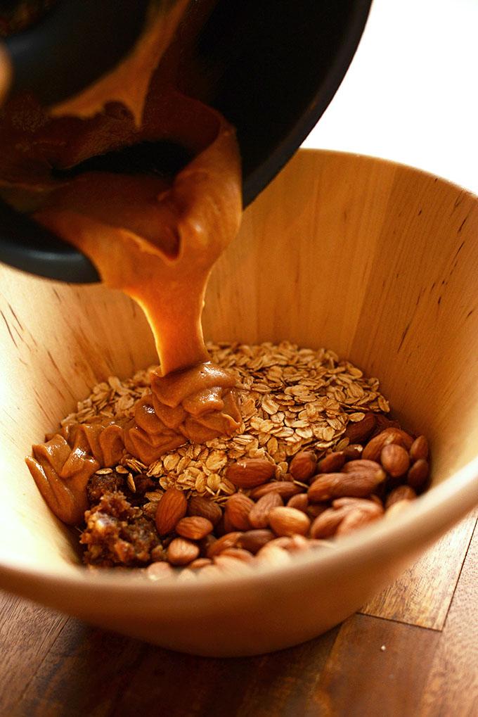 Healthy 5 ingredient granola bar - minimalistbaker.com