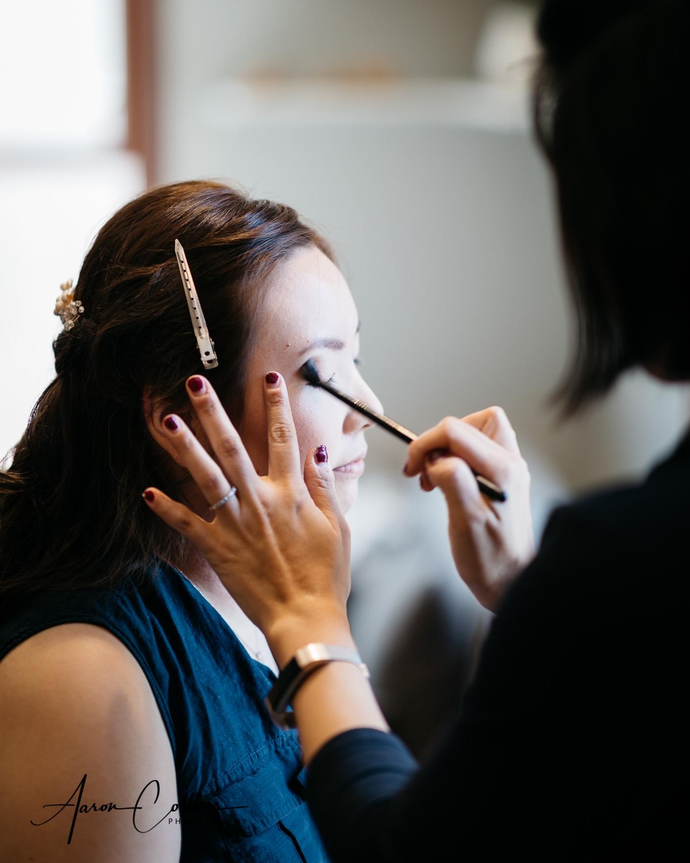 Dasom getting her eye makeup.