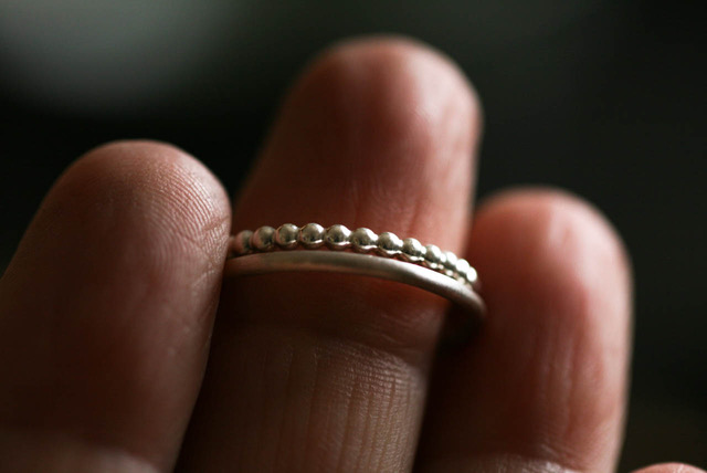 rosenrotes-minimalistischer-Kügelchenring2mm-Silberring-0379 Kopie 2.jpeg