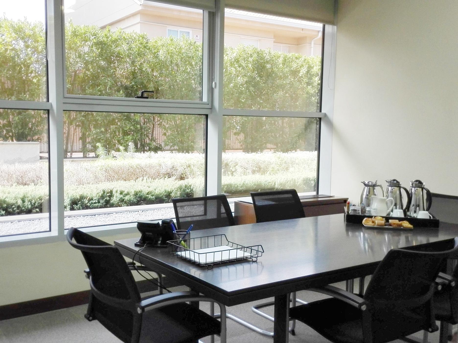 Atención personalizada y servicio de catering - Nuestro equipo de profesionales estará siempre a tu disposición ofreciéndote todo lo que necesites para que la reunión sea todo un éxito.