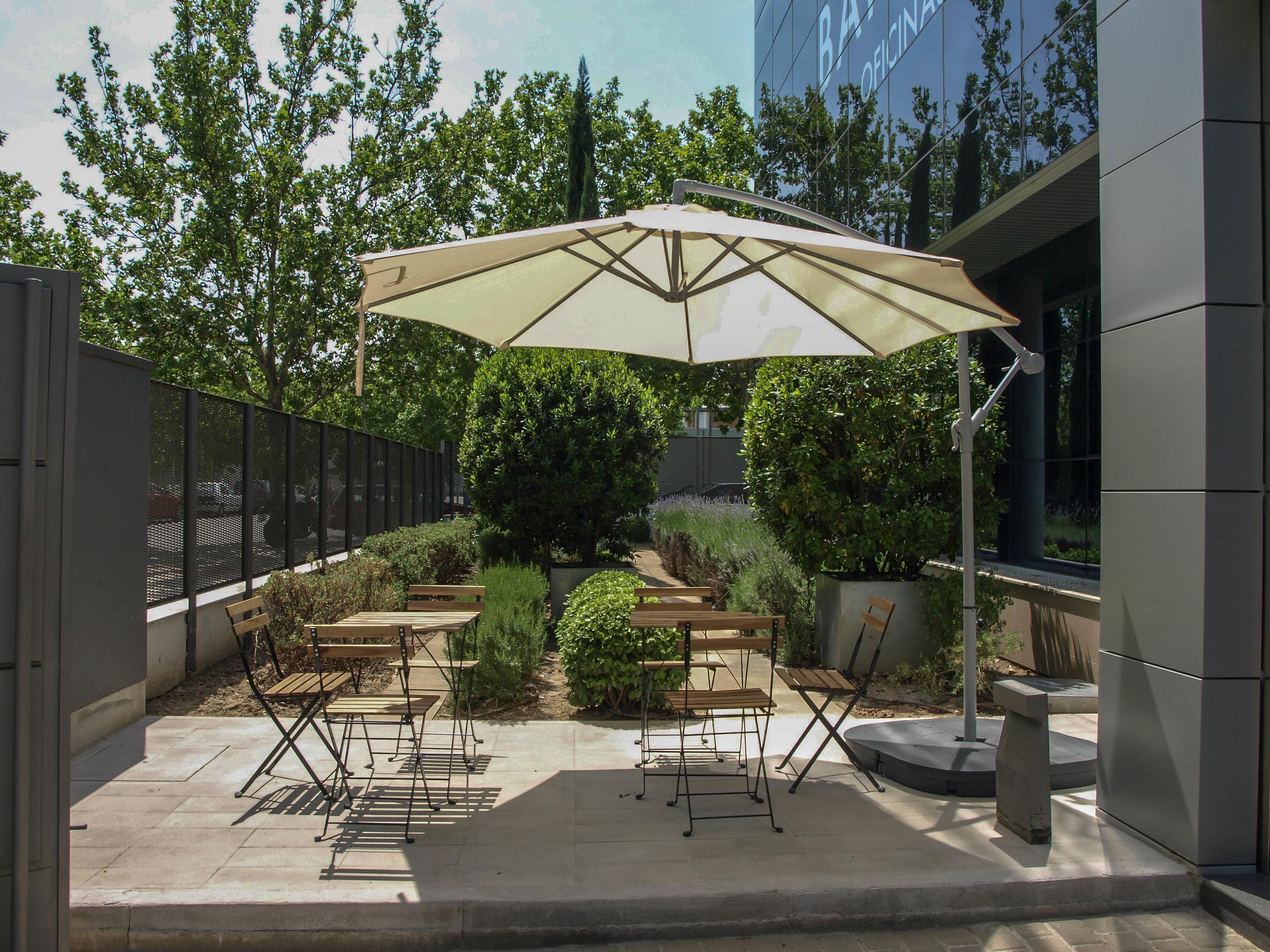 Terraza y jardín - Disfruta de un descanso al aire libre en la terraza de nuestro centro de negocios.Puedes tomar un café, leer o mantener una reunión informal en la zona ajardinada.Ver galería >
