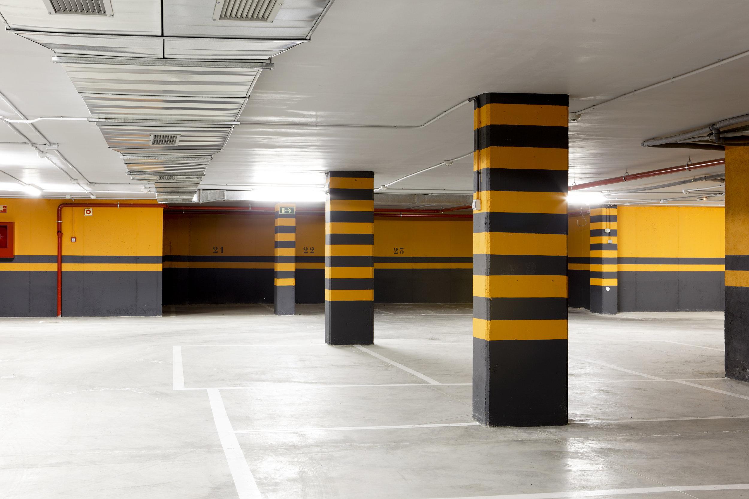 Parking - A pesar de que Bahía Space se encuentra en un entorno sin zona de estacionamiento regulado ponemos a disposición, no solo de nuestros clientes, sino también de sus visitas, un parking privado con plazas disponibles.Ver galería >