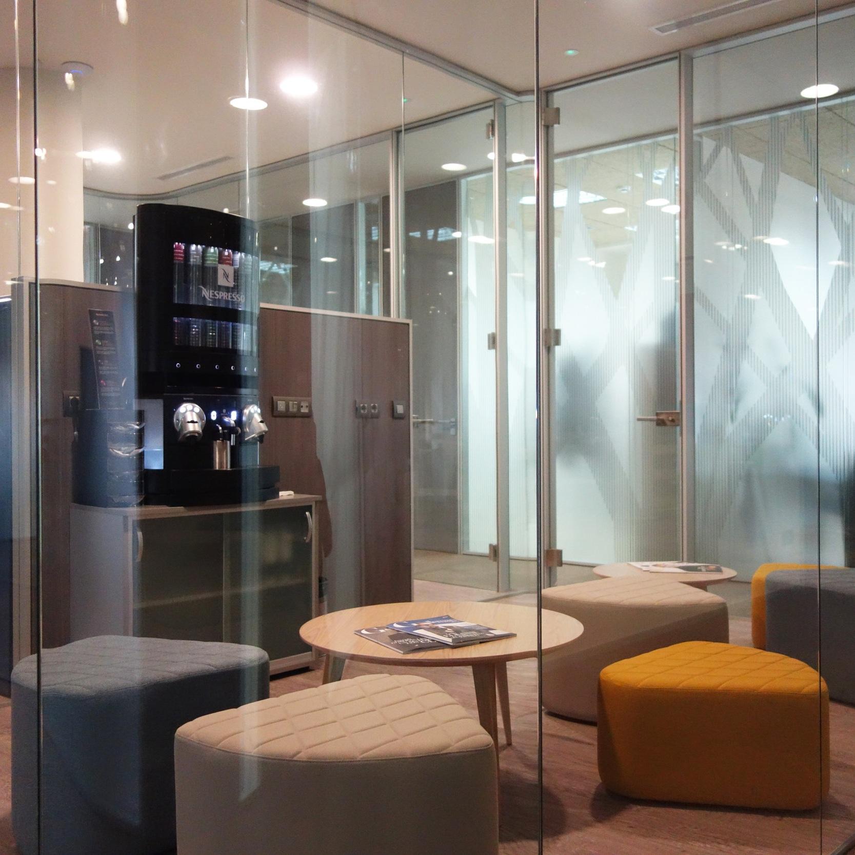 Coffee Space - Nuestro coffee space es uno de los lugares más utilizados del centro de negocios.Muchos de nuestros clientes recurren a este acogedor rincón no solo para realizar un coffee break sino también para realizar reuniones de trabajo distendidas en un lugar diseñado para el confort.Ver galería >