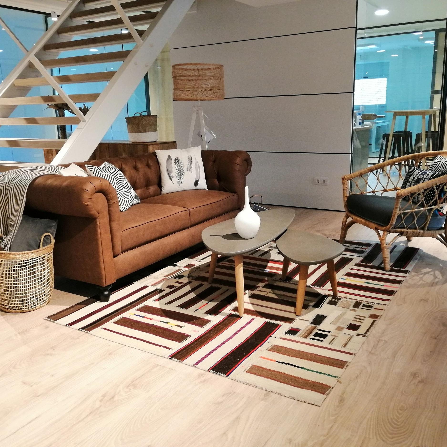 Espacio de lectura y descanso - Tanto en Business Space como en Lounge Space puedes descansar en nuestros sofás y disfrutar de un agradable rato de charla o lectura en un ambiente acogedor.Ver galería >