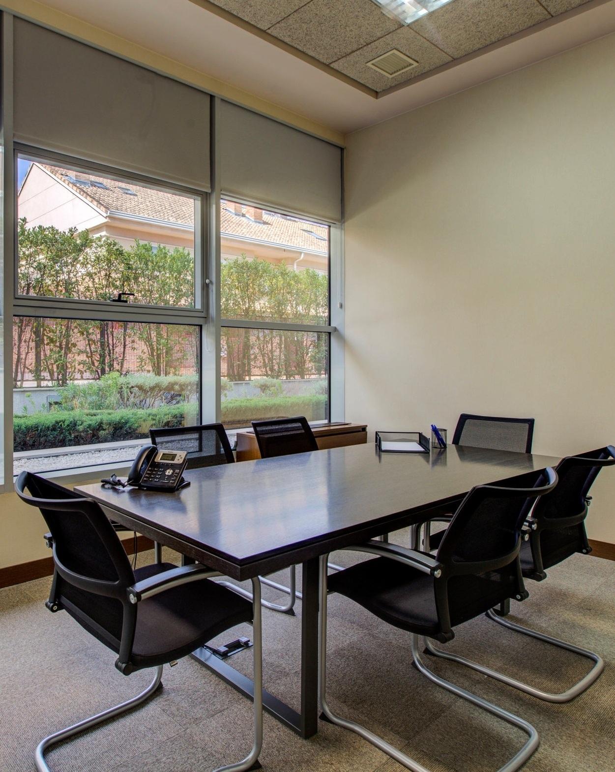 SALAS DEREUNIONES - —Ofrece la mejor imagen ante tus clientes con nuestras salas totalmente equipadas y diferentes capacidades.DESDE 25€/HORA