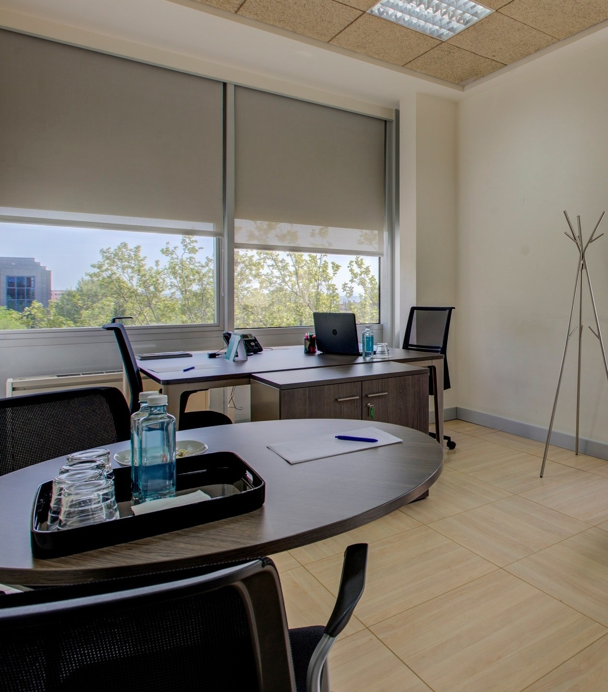 Oficina privada exterior - Oficinas flexibles de diferente capacidad para equipos de cualquier tamaño. Podrás disponer de un lugar de trabajo profesional y vanguardista.Todas nuestras oficinas son exteriores con una excelente iluminación natural.______________________________Desde695€/mesVer galería