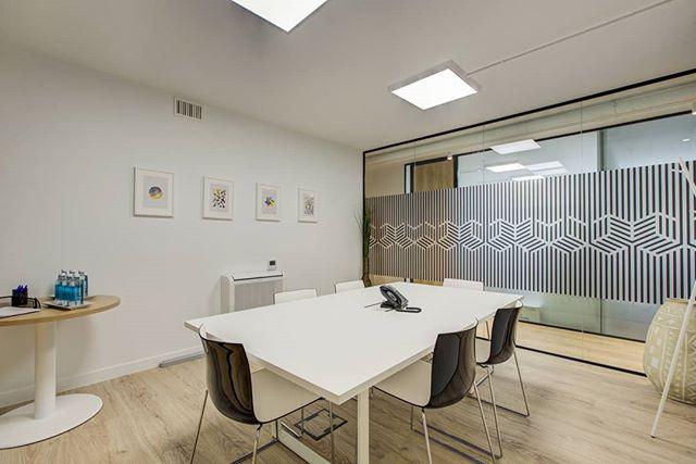 Aunque ya os habíamos enseñado una parte de ella en el feed, hoy os mostramos cómo ha quedado la sala de reuniones 💼 que forma parte de nuestra nueva planta. ¿Os gusta 🤔😊? . . #bahíaspace #saladereuniones #Madrid #businesscenter #businesscenter #centrodenegocios #centronegociosmadrid #coworkingmadrid #design