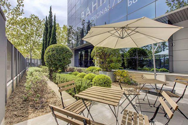 Aprovechando los descansos para disfrutar de los rayos de sol ☀️ en nuestra terraza. ¿Cuántos de vosotros estáis deseando que llegue ya el verano ⛱️? . . #bahíaspace #centrodenegocios #businesscenter #madrid #negocios #workspaces #oficina #coworkingmadrid #descanso #design #despachos