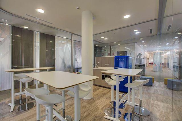 🚀 El diseño es uno de los valores diferenciales de Bahía Space 🔝. Cuidamos todos los espacios para garantizar el confort de nuestros clientes... ¡incluso cuando están comiendo 😋🍔! . . #BahíaSpace #centrodenegocios #Design #confort #office #businesscenter #workspaces