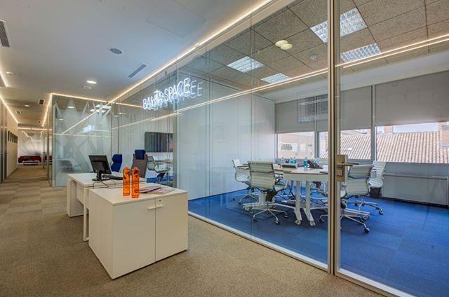 Siempre os decimos que nuestras salas de reuniones son perfectas y no es para menos con las mesas @ergondesk 🔝. Son mesas diseñadas a partir del usuario, empezando por él y pensando en su comodidad. 👉 Si quieres probarlas, reserva la sala en el link de nuestra bio! . . #BahíaSpace #ErgonDesk #desk #centrodenegocios #businesscenter #salasdereuniones #diseño #design #ergonomía #ergonomic