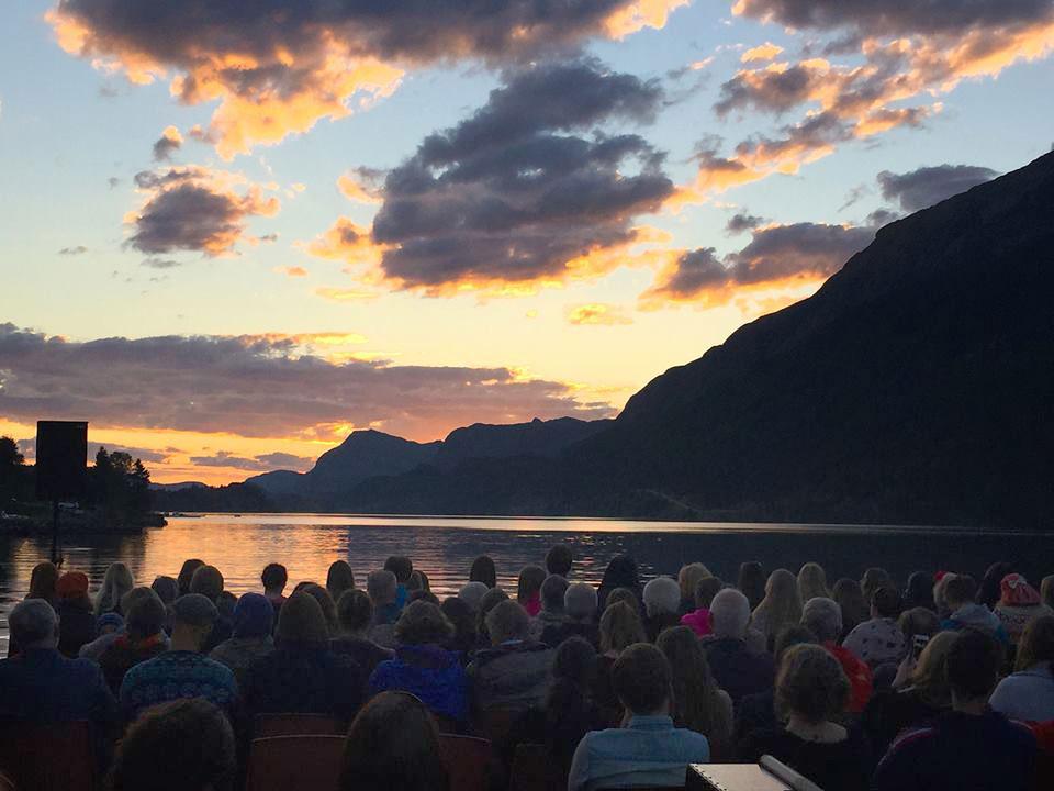 publikum-i-solnedgang-fjaler.jpg