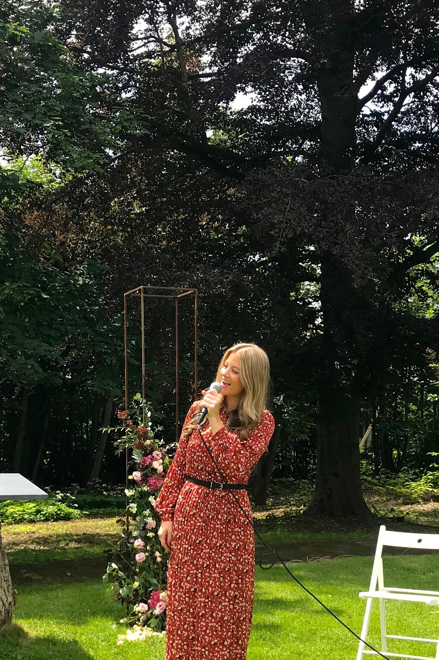 Villa Eckbo i Oslo, er et utrolig kult sted for bryllup! Akkurat dette brudeparet holdt vielsen ute! Sinnsykt fine omgivelser!