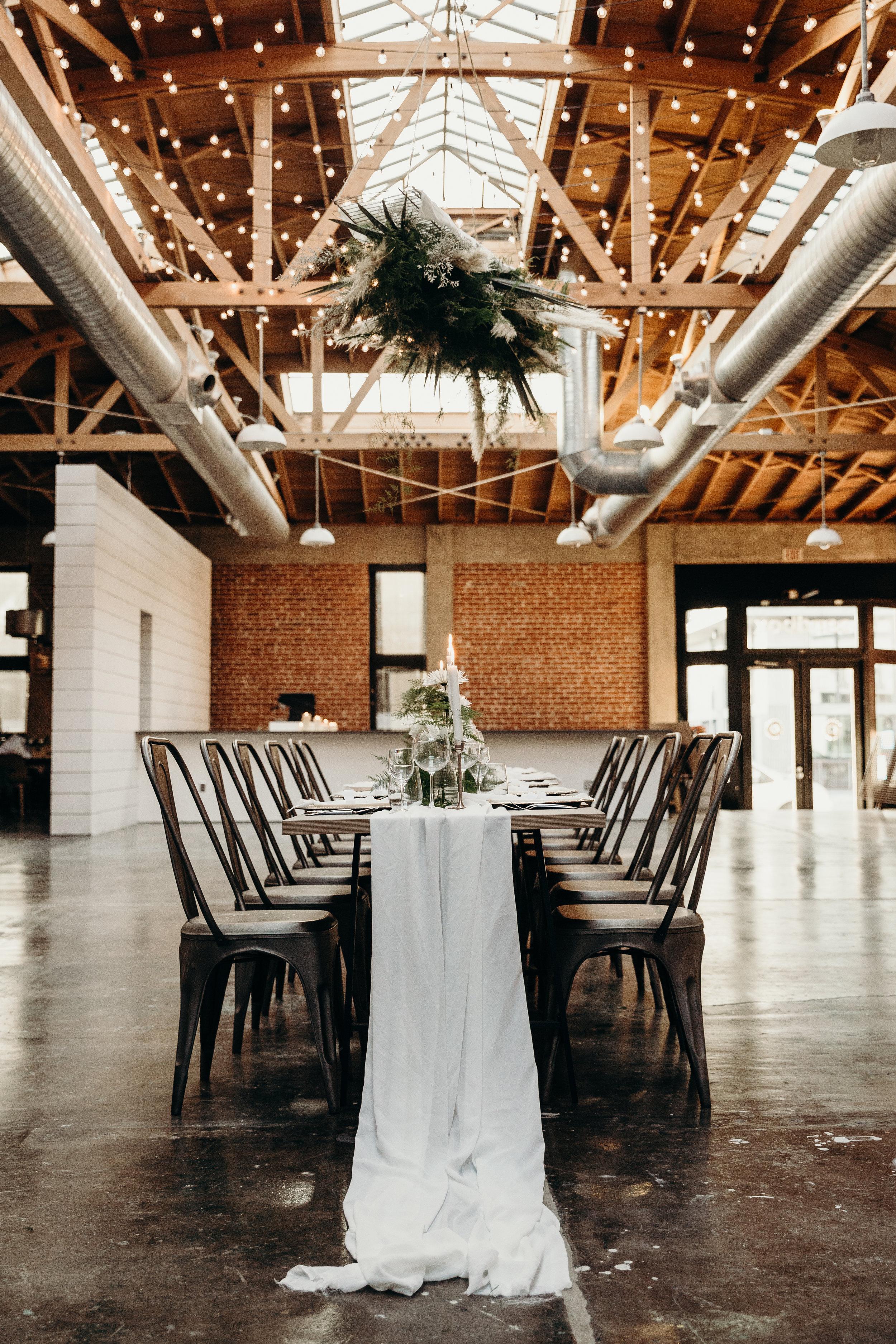 CHIC, MODERN + SLEEK. - A ROMANTIC DINNER WEDDING FOR THE MINIMALIST.