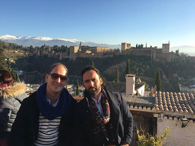 Happy New Year! From one of my favourite cities in the World!! GRANADA! 🇪🇸🇪🇸🇪🇸 Here we are with a spectacular view of the #alhambra with #sierranevada behind.. so beautiful! #andalucia Happy Christmas from Huw and José ☺☺ . . . #felixnavidad #happynewyear #happynewyear2019 #granada #granadaspain #3kings