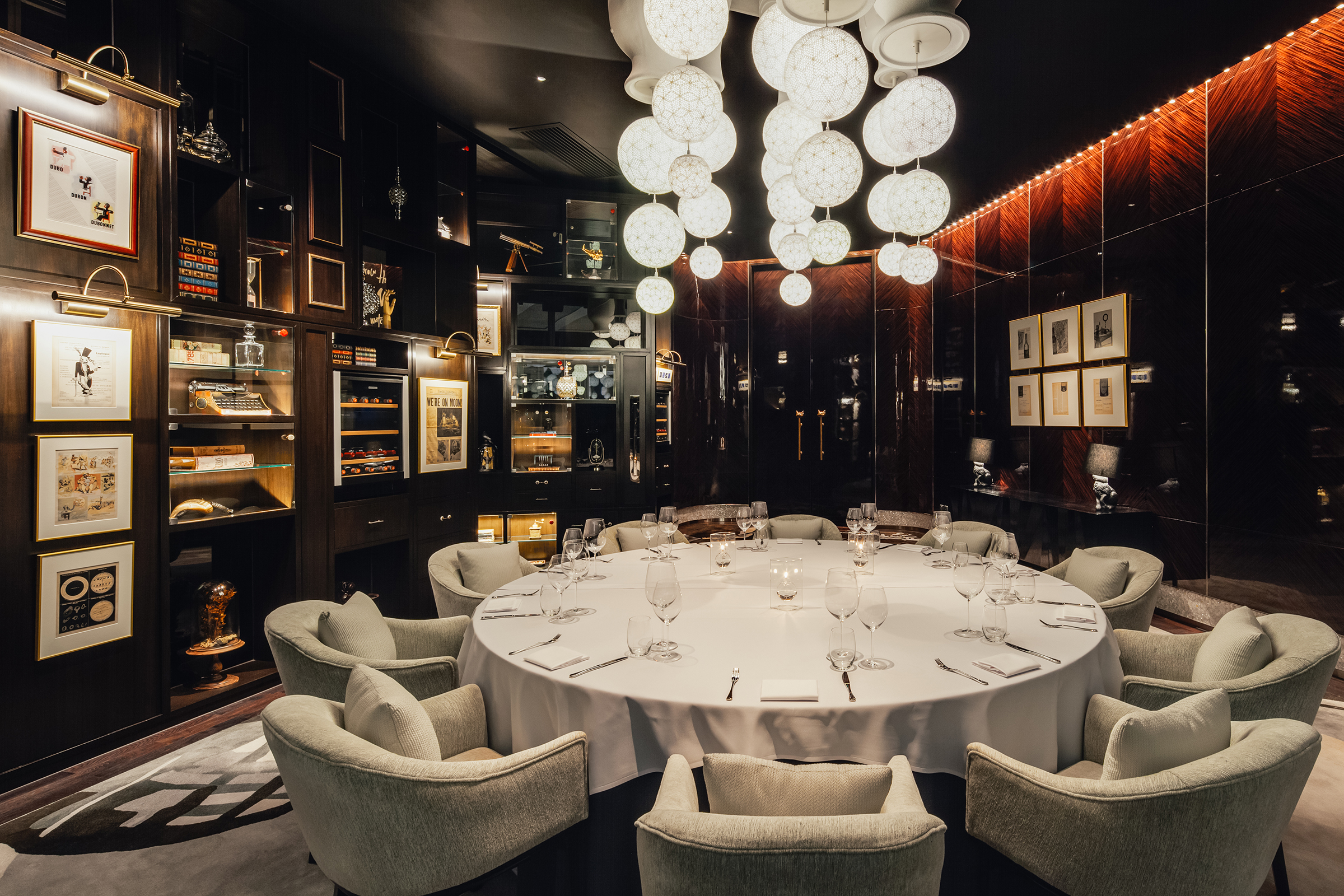 The carpet in both dining rooms is a piece of conversational artwork inspired by poetry. The carpet in the large private dining room is based on Jules Verne's  De la Terre à la Lune  (From the Earth to the Moon) and features a collection of custom-designed hot air balloons.
