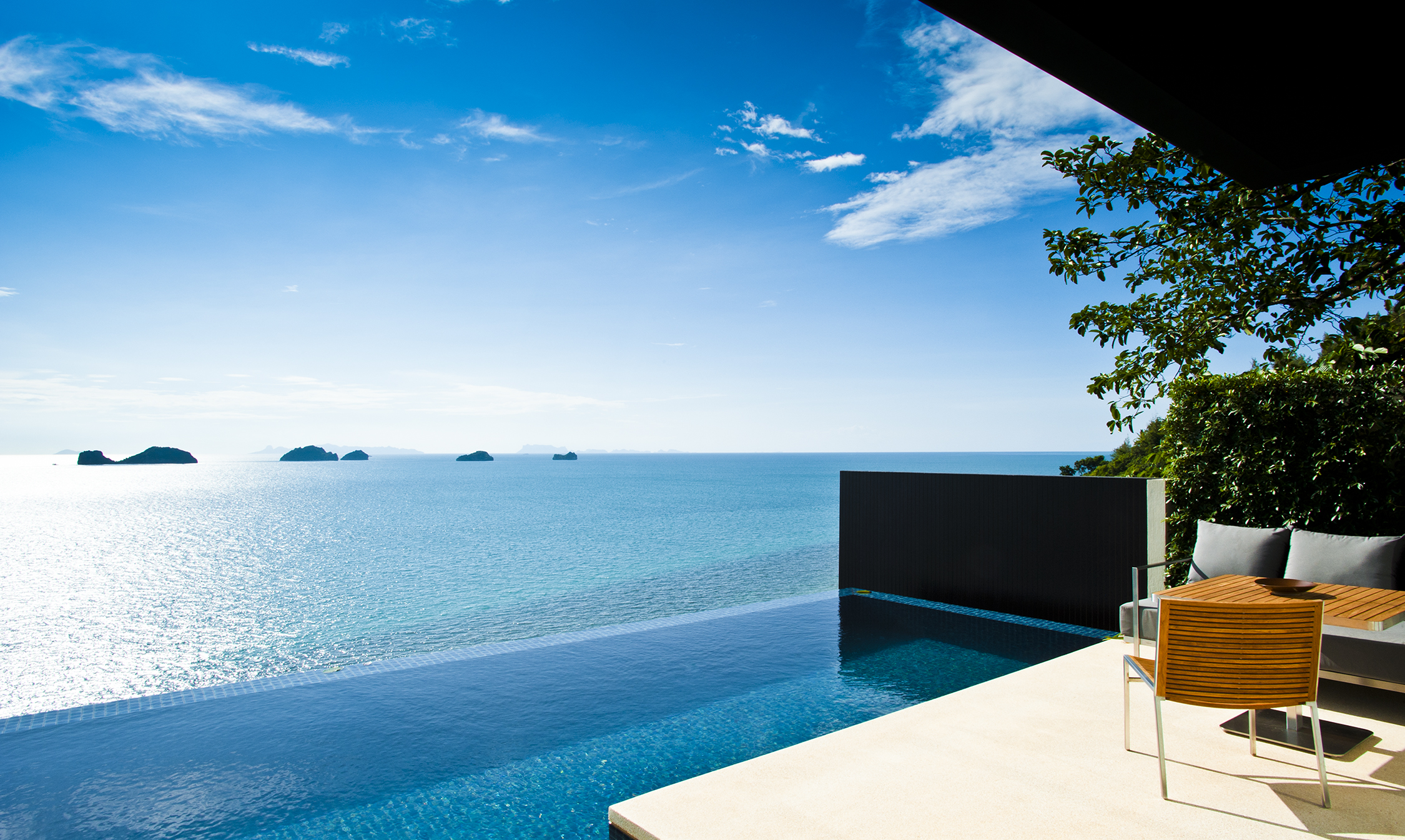 The bedroom and bathroom flow effortlessly onto the outdoor patio and the 10-meter-long private infinity pool, establishing one harmonious space.