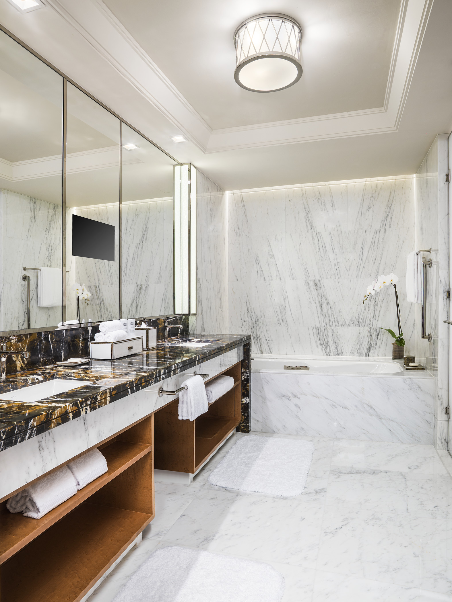 In the bathrooms, calcatta luna marble recalls the luminescence of pearls.
