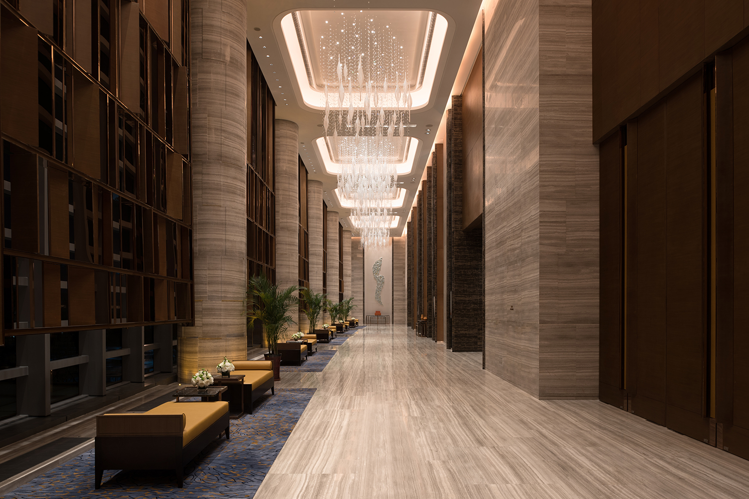 Walkways and breakout areas adjacent to meeting rooms are subtly integrated with an expansive functional hallway whenever required.