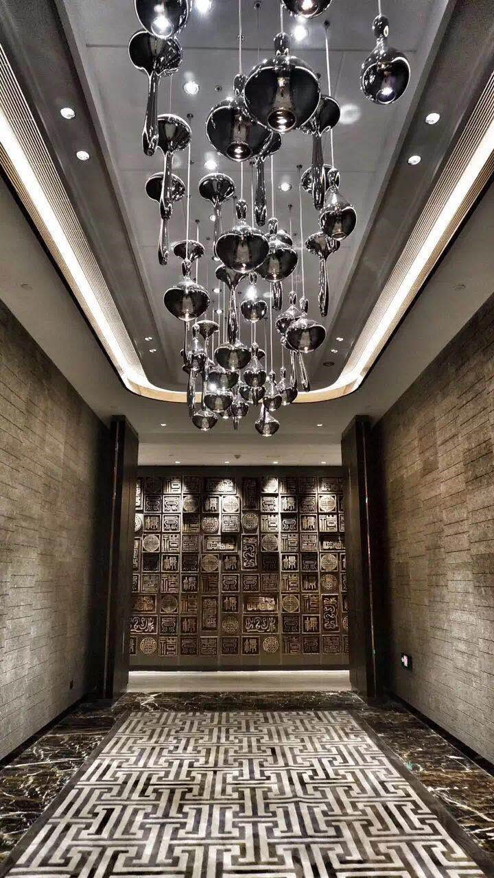 Gleaming metals are sparsely adopted as detailing elements to reward an occasional sparkle in the grandeur of the hotel spaces.