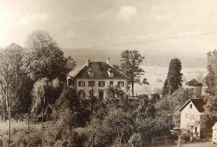 Die Villa Falkenhorst mit dem Pavillion und vorne rechts dem Gärtnerhaus, in dem Betriebswohnungen und die betriebseigene Gärnterei untergebracht waren.  Foto um 1940   zur Verfügung gestellt von Familie Dittrich