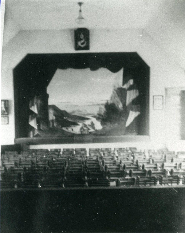 Das sogenannte Vereinshaus im Dorfzentrum diente als Turnhalle und Kinosaal und zahlreiche Thüringerinnen und Thüringer verbrachten dort ihre Freizeit. Wenn Bedarf von den Turnern war, wurden die Holzstühle entfernt.  Gemeindearchiv Thüringen