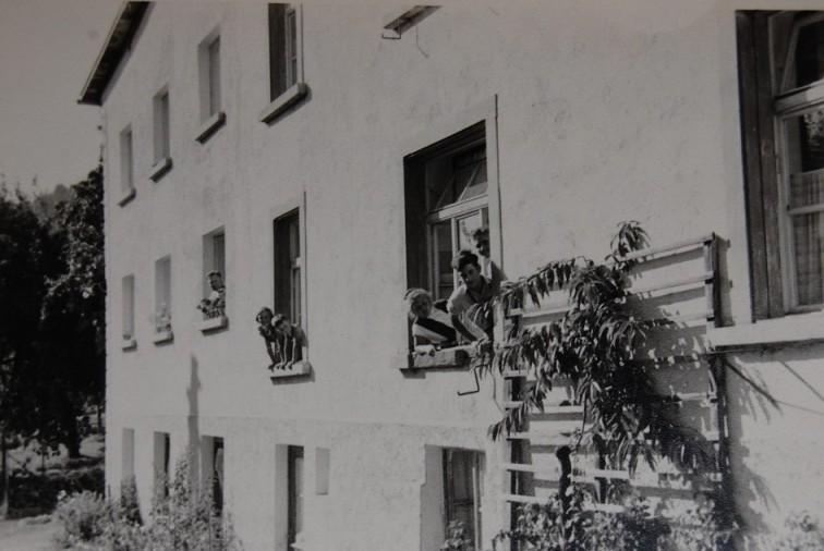 """Das Mädchenheim wurde in den 1950er-Jahren in einem Teil des Baumwolllagers an der Faschinastraße ausgebaut. Durch den Zuzug von jungen, alleinstehende Arbeiterinnen aus """"Innerösterreich"""" wurde dieser Wohnraum notwendig.  Foto um 1955 zur Verfügung gestellt von Christel Handlos"""
