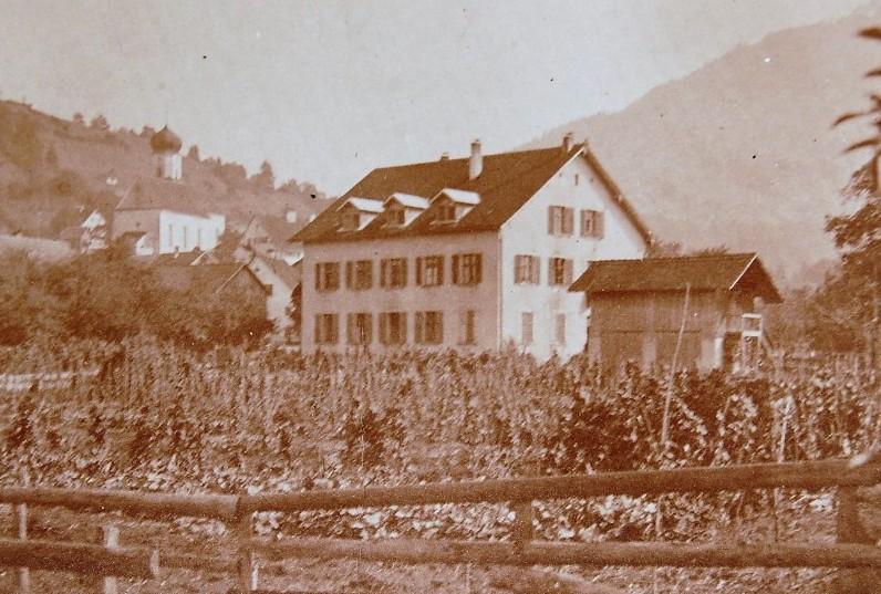 Das Arbeiterwohnhaus im Dorf (ehemalige Gerbe) wurde auch Kosthaus genannt. Es war bereits unter John Douglass zum Fabriksbesitz gekommen. Das Gebäude steht heute nicht mehr.  Foto o.J. zur Verfügung gestellt von Familie Dittrich