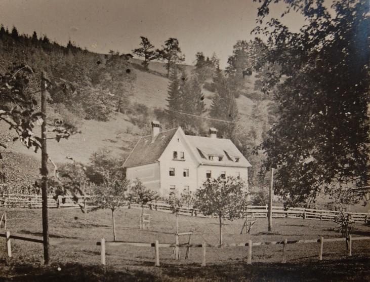 Das Wohnhaus am Lunidweg war für Meister und Angestellte vorgesehen. Es wurde ebenfalls in der Zeit des Besitzers Heinrich Wintsch (1904-1909) errichtet. 1967 wurde es gemeinsam mit der Neuen Weberei und dem Baumwolllager von der Firma Tisca erworben.  Foto Zwischenkriegszeit zur Verfügung gestellt von Familie Dittrich