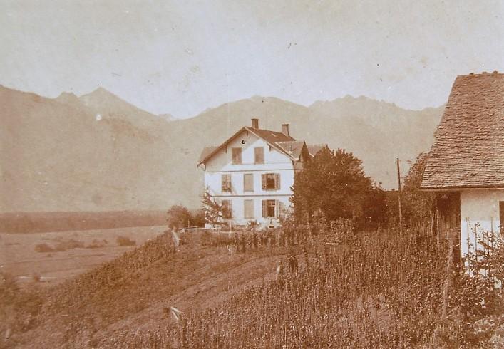 Das sogenannte Wintsch-Haus oder Direktorenhaus wurde vom Vorbesitzer der Fabrik - Heinrich Wintsch errichtet. Es wurde von Rudolf Kastner beim Kauf der Fabrik mit übernommen und diente stets leitenden Angestellten als Wohnhaus.  Foto o.J. zur Verfügung gestellt von Familie Dittrich