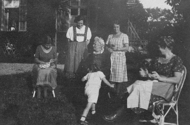 Rudolf Kastners Mutter Julie auf Besuch in Thüringen, am Bild mit Enkelkind und weiteren weiblichen Verwandten oder Freundinnen von Stefanie Kastner (rechts hinter Julie Kastner)  Foto 1922 zur Verfügung gestellt von Familie Dittrich
