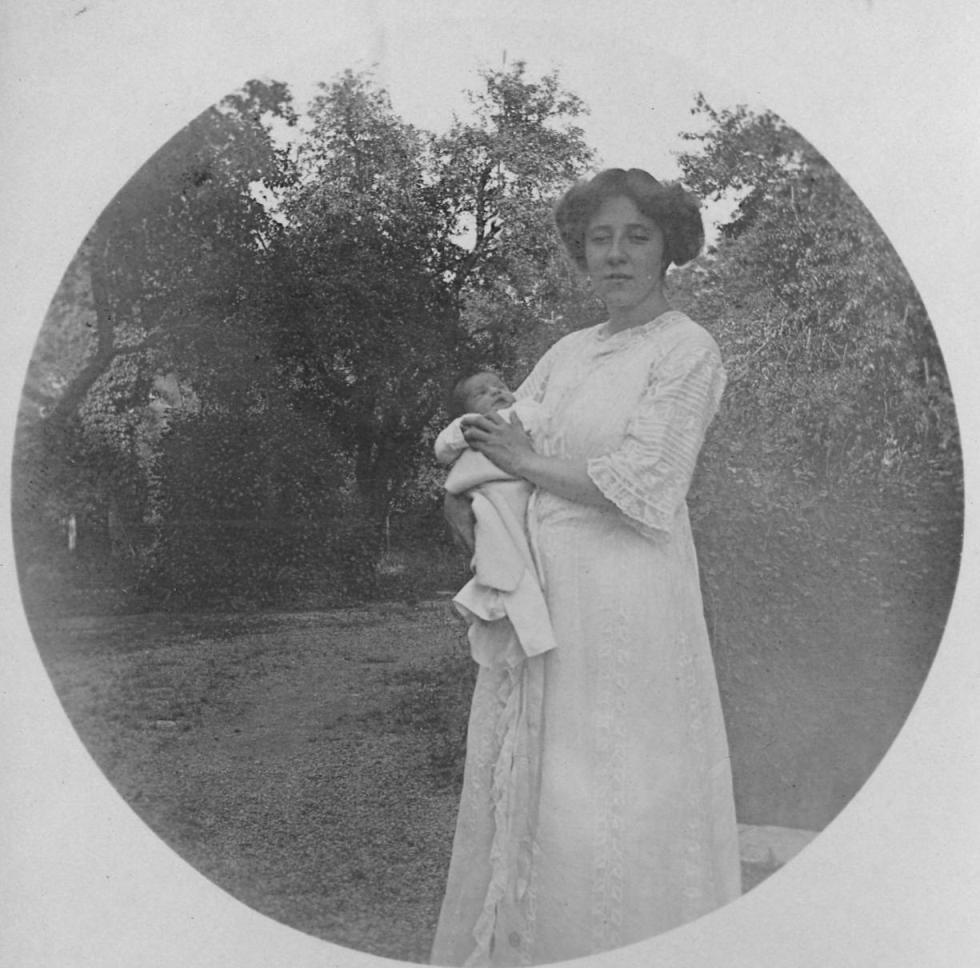 Stefanie Kastner mit Säugling im Park der Villa Falkenhorst  Foto zwischen 1910-1917 zur Verfügung gestellt von Familie Dittrich