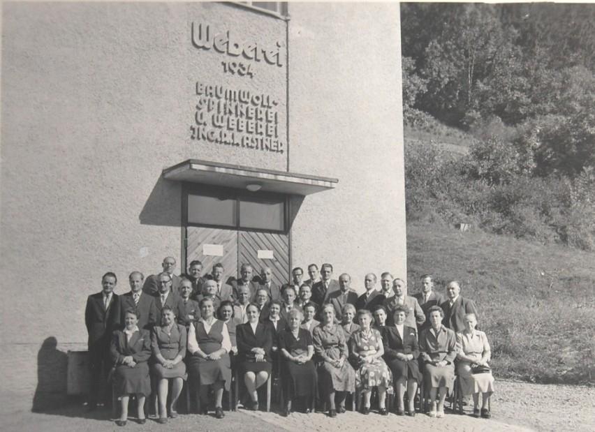 Gruppenfoto mit langjährigen Betriebsangehörigen vor der Neuen Weberei zum Jubliäum 1959  Foto 1959 Gemeindearchiv Thüringen