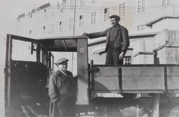 Färbereidirektor Karl Hübner mit einem Arbeiter im winterlichen Fabrikshof.  Foto um 1935 zur Verfügung gestellt von Renate Burtscher