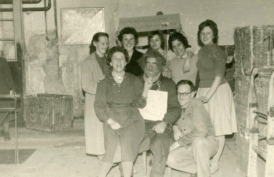 Geburtstagsfoto und Jux unter Kolleginnen und Kollegen  Foto um 1950 zur Verfügung gestellt von Antonia Berchtel-Amann
