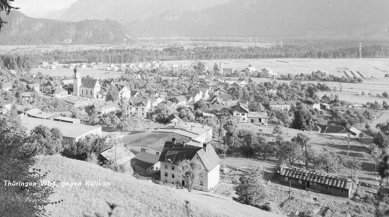 Auf der Postkarte ist eine der Wohnbaracken am Lunidweg, in der jeweils zwei Wohneinheiten, zu sehen.  Foto um 1950 Vorarlberger Landesbibliothek, Sammlung Risch-Lau