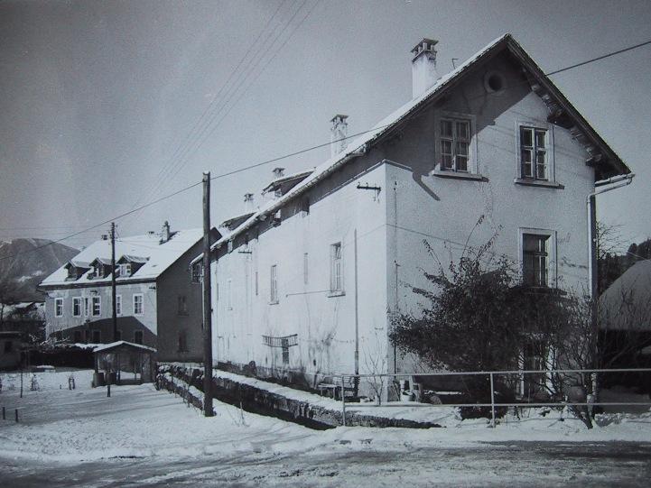 Die ehemalige Gerbe (zwei Gebäude) in Thüringen kam bereits unter John Doulgass zum Fabriksbesitz. Rudolf Kastner ließ sie dann als Wohngebäude sanieren.  Foto o.J. Gemeindearchiv Thüringen
