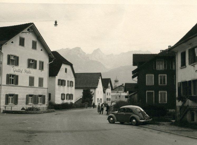 Im Gasthaus Rössle (links im Bild) trafen sich eher die Fabriksangestellten. Die Besitzer vermieteten auch Zimmer an Fabriksangehörige.  Foto um 1960 Gemeindearchiv Thüringen