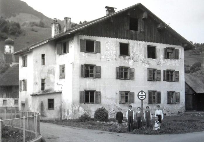 Im Armenhaus von Thüringen wurde 1931 mit finanzieller Unterstützung von Rudolf Kastner ein sogenanntes Kinderheim- ein erster Kindergarten eingerichtet.  Foto o.J. Gemeindearchiv Thüringen