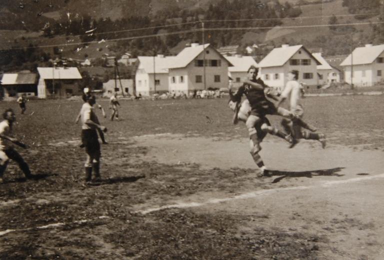 """Der Fußball-Klub-Thüringen wurde 1921 gegründet. Auch wenn er nicht direkt eine Werksmannschaft war, spielten in den ersten Jahrzehnten vorwiegend """"Fabrikler"""" im Verein.  Foto um 1960 Gemeindearchiv Thüringen"""
