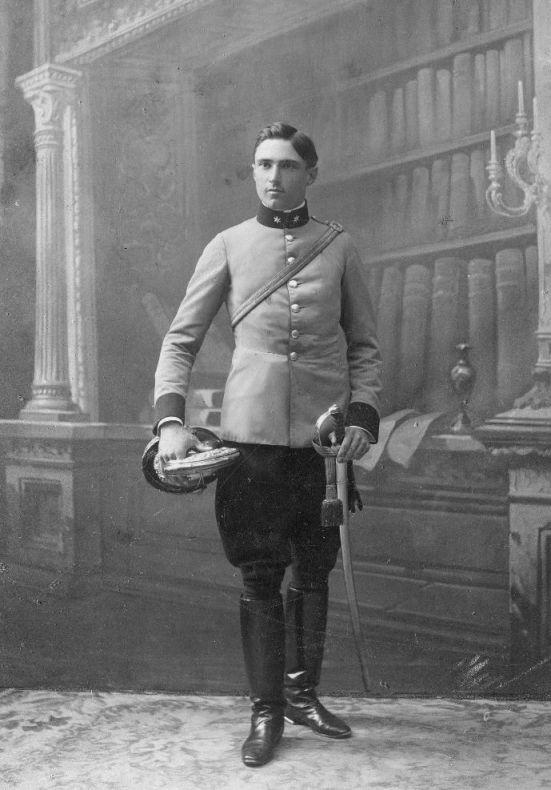 Rudolf Kastner absolvierte seine Militärzeit beim 4. Dragonerregiment in Wels. Hier in Friedensuniform der berittenen k.u.k. Elitetruppe.  Foto um 1905 zur Verfügung gestellt von Familie Dittrich