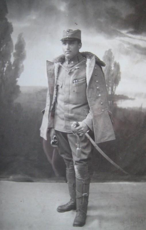 Rudolf Kastner in der Felduniform des 4. Dragonerregiments, das in Wels stationiert war. Er leistet im Ersten Weltkrieg seinen Kriegsdienst als Versorgungsoffizier in Gallizien.  Foto um 1915   zur Verfügung gestellt von Familie Dittrich