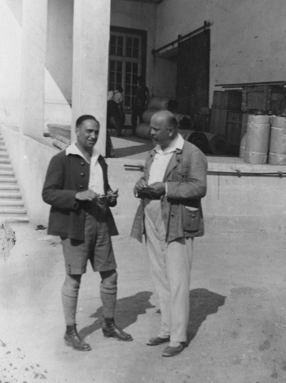 Rudolf Kastner mit einem Geschäftspartner auf dem Fabrikshof in Thüringen  Foto um 1919 zur Verfügung gestellt von Familie Dittrich