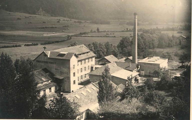 Nassereith in Tirol war bereits ein Industriestandort, als Rudolf Kastner die Anlage 1927 erwarb. Das Werk wurde nach dem Zweiten Weltkrieg von seinem ältesten Sohn Harry geleitet.  Foto zw. 1938 und 1945   zur Verfügung gestellt von Christel Linser