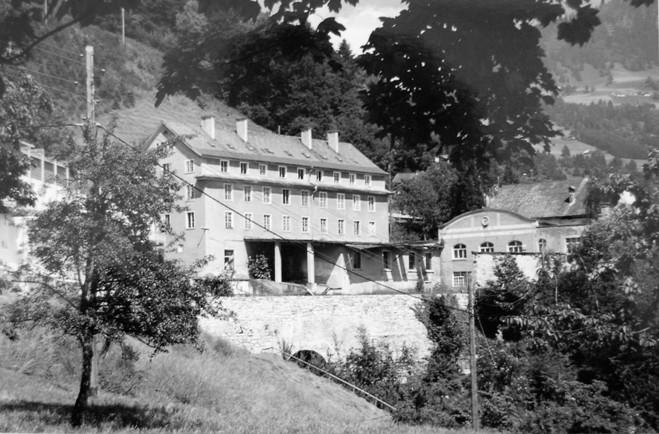 Der Fabrikshof kurz vor dem Abriss des Kosthauses und des Bürogebäudes.  Foto Anfang der 1990er-Jahre Gemeindearchiv Thüringen