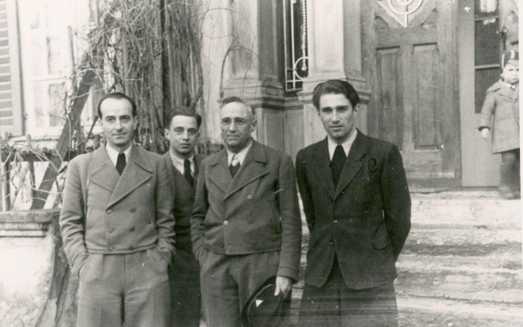 Josef Dittrich, Harry, Rudolf und Kurt Kastner vor der Villa im Herbst 1945  Foto 1945 zur Verfügung gestellt von Familie Dittrich
