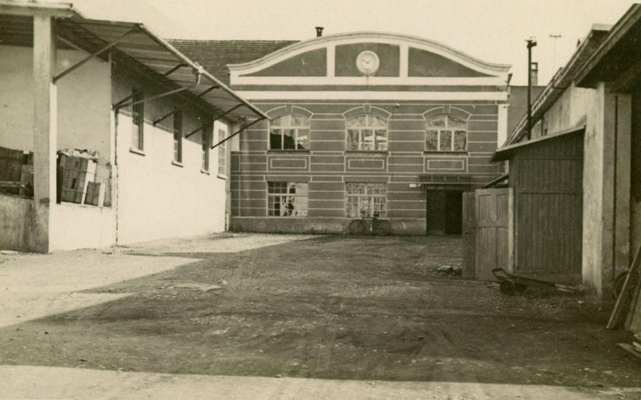 Das 1922 von Rudolf Kastner errichtete Verwaltungsgebäude mit einer zentralen Uhr.  Foto um 1925 zur Verfügung gestellt von Familie Dittrich